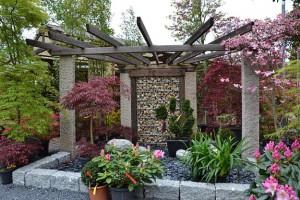 Arrangement aus Stein, Holz und Pflanzen