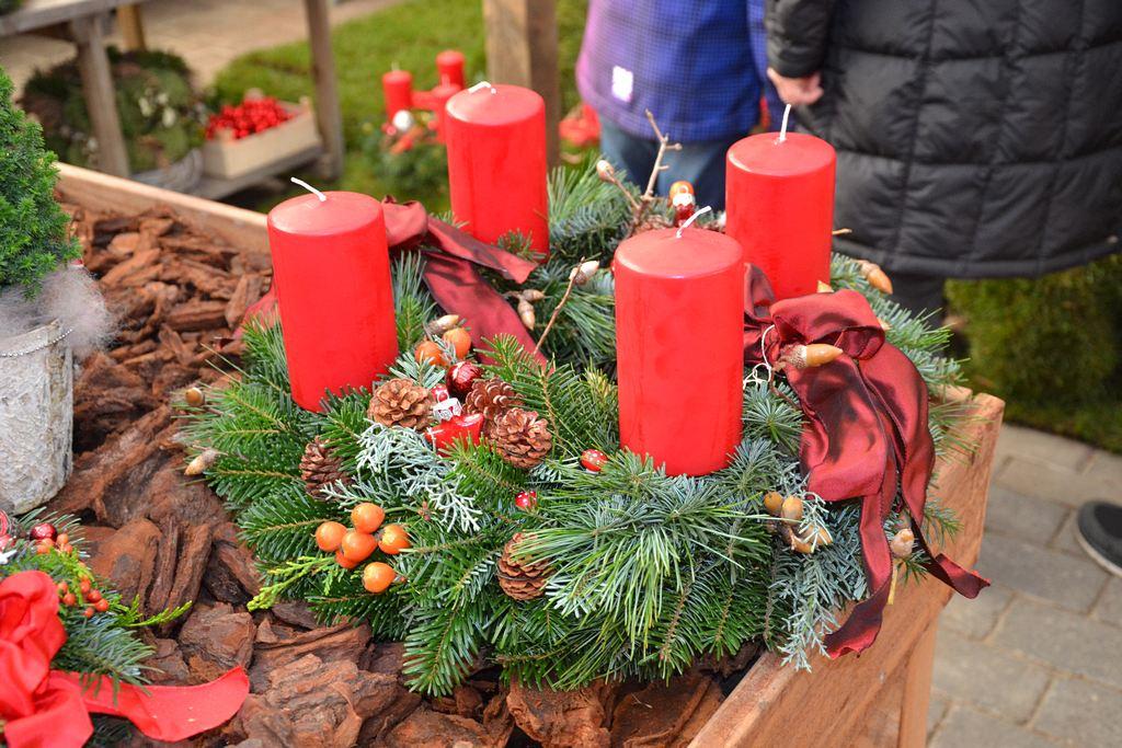 Kranz mit roten Kerzen