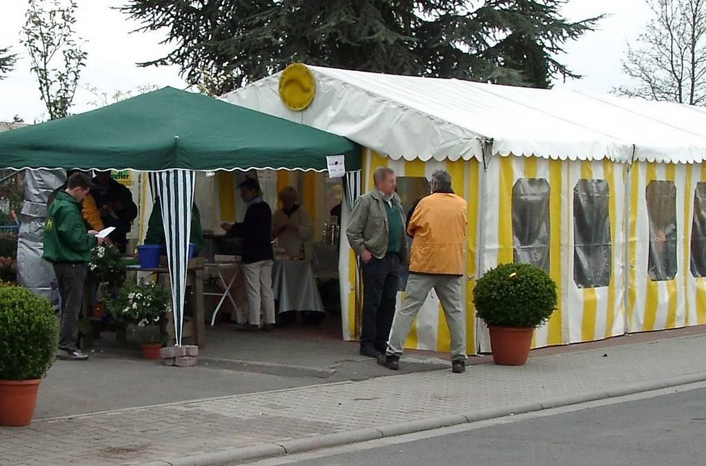 Kaffee und Kuchen sowie Gegrilltes und Getränke stärken die Besucher des Tags der Offenen Tür.