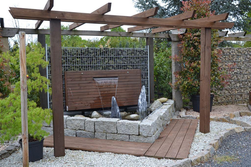 Wellness durch fließendes Wasser im begrünten Garten