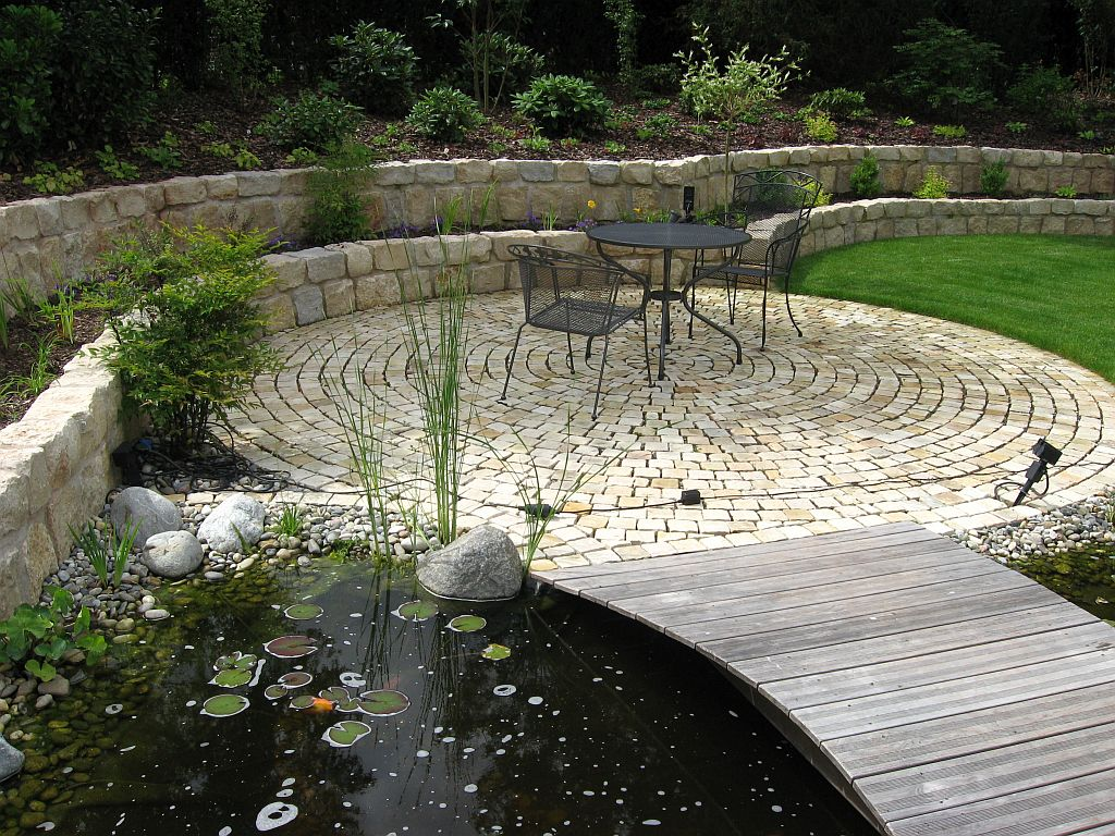 Rondell als Relaxzone am Teich