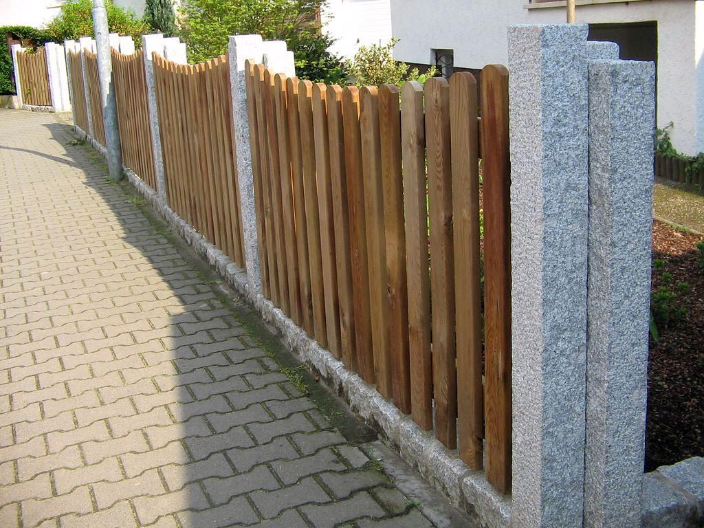 Holzzaun mit Stelen