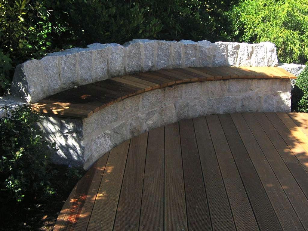Holzgedeckte Natursteinbank