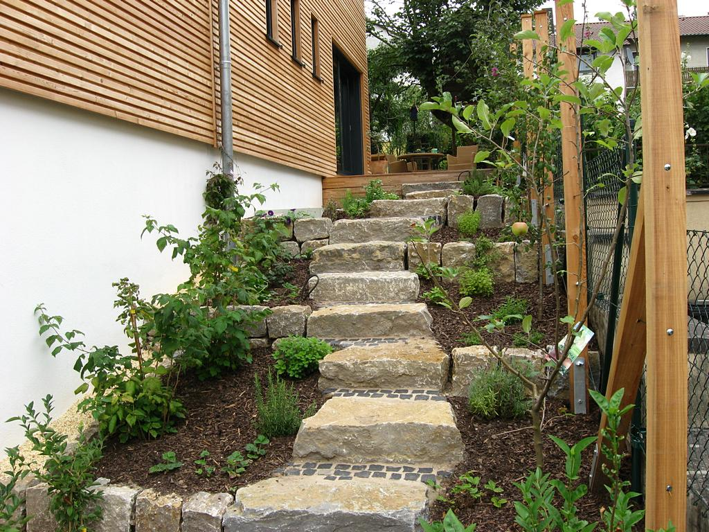 Naturnahe Naturstein-Treppe