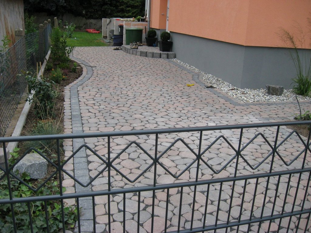 Pflasterung mit ovalen Steinen