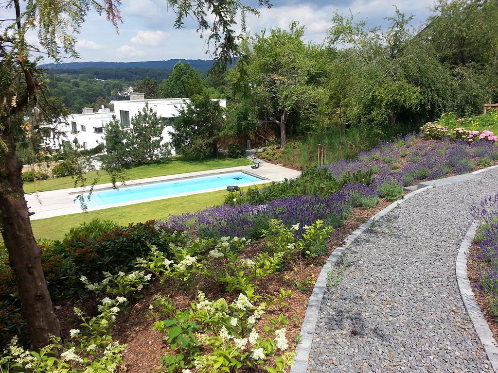 Poolbereich im Rasen