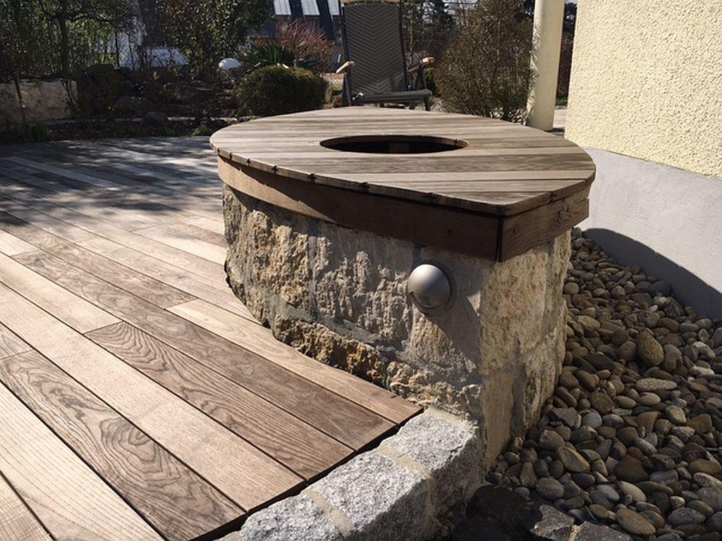 Holzsitzbank im Blattdesign
