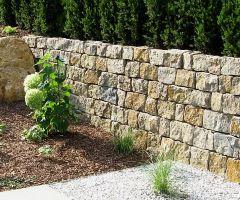 Trockenmauer aus Naturstein aus grob behauenen Steinblöcken