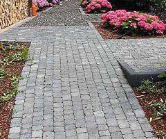 Individuell gepflasterter Gartenweg mit Dreieckelement