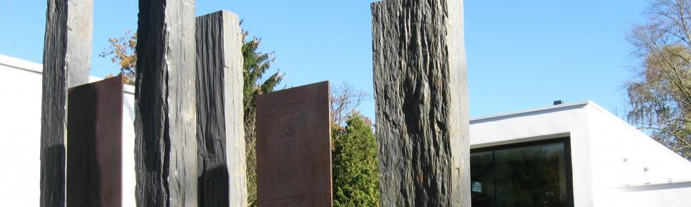 Basaltstelen und Stelen aus Eisen