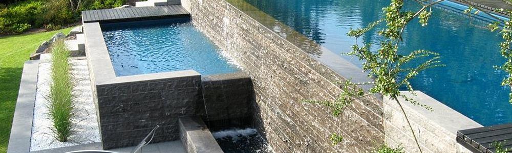 Schwimmbad im Garten am Hang auf zwei Ebenen