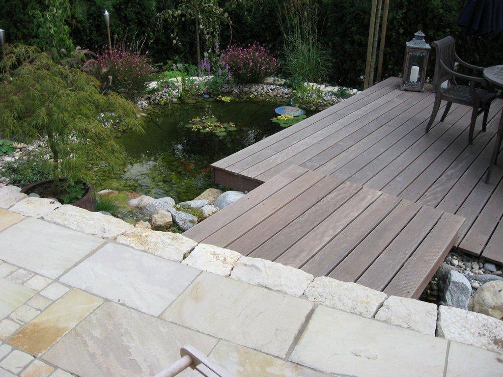 Terrasse über einem Teich