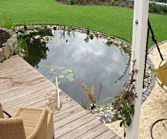 Halbrunder Gartenteich mit Holzterrassen-Überbau