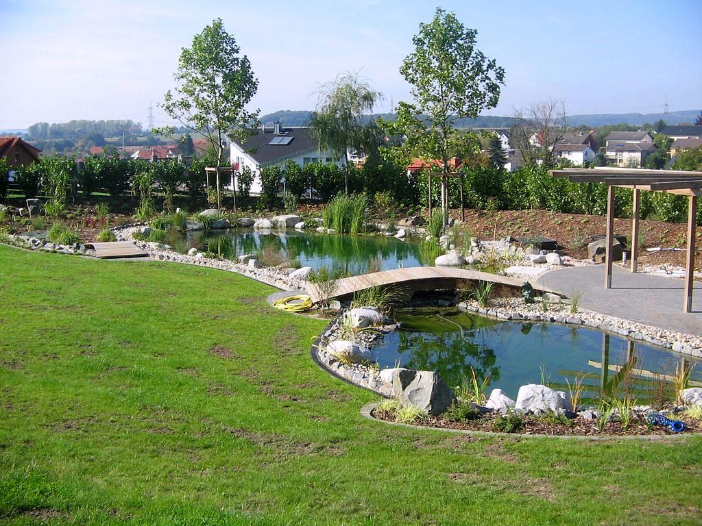 Überbrückte große Teichanlage