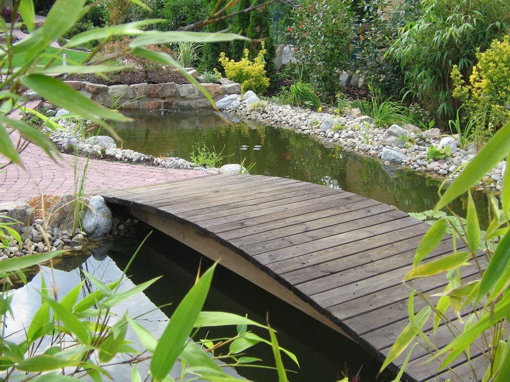 Teichbrücke mit asiatischem Flair