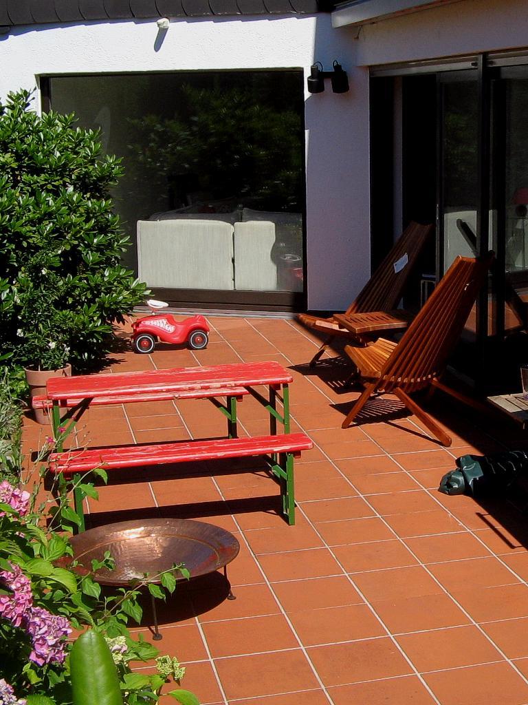 rustikale terrasse mit roten platten haufler baumschule und gartengestaltung. Black Bedroom Furniture Sets. Home Design Ideas