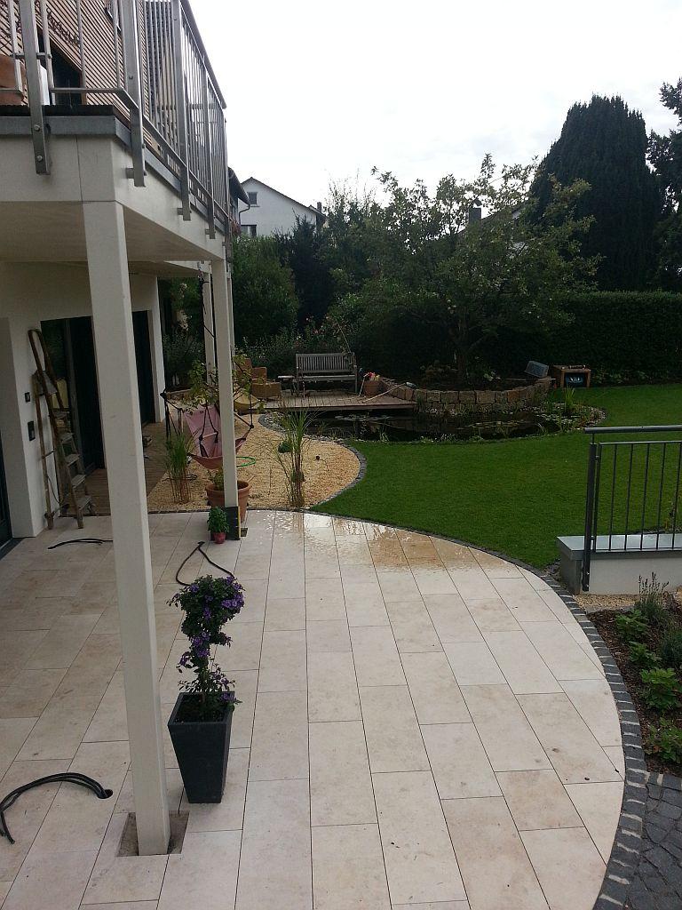 halbrunde terrasse mit hellen steinplatten haufler