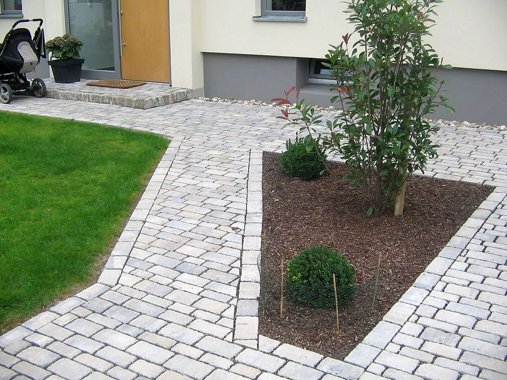 Geometrische Pflasterung im Vorgarten