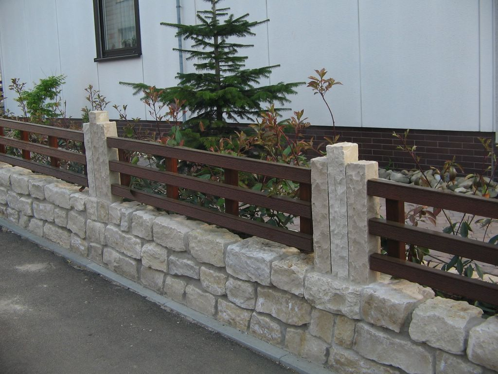 Vorgartenzaun aus holz auf natursteinsockel haufler baumschule und gartengestaltung - Gartengestaltung aus holz ...