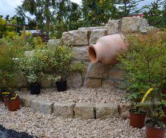 Mediterranes Ambiente durch den gemauerten Amphorenbrunnen