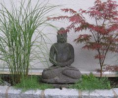 Buddhafigur im asiatischen Garten