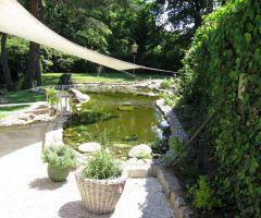 Flacher Teich mit Springbrunnen