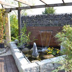 Dreieckiger Teich mit Wasserfall