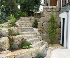 Steiler Aufgang einer Außentreppe