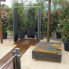 Extravagante Gartendusche vor üppiger Bepflanzung