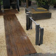Wasserspiel mit Kunstobjekt im Kiesbett