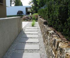 Basaltplatten als Trittsteine