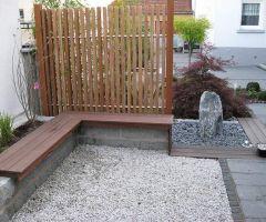 Sitzbank im kleinen Garten