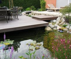Holzterrasse über Teich