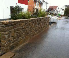Rustikale Bruchsteinmauer