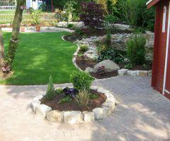 Gepflasterter Bereich um Gartenhaus