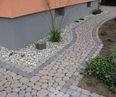 Pflasterstein-Mix auf Gartenweg