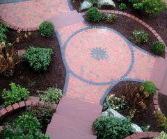 Rondell mit rosa Pflasterwegen