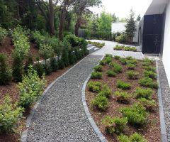 Minimalistischer Gartenweg
