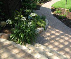 Gartenweg mit Blocksteinen