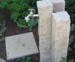 Wasserhahn in Steinsäule