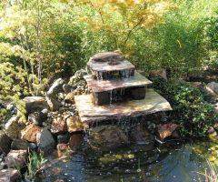 Treppenbrunnen verteilen das Wasser in kleinen Mengen in den Teich.