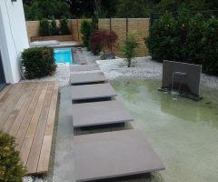 Trittplatten über einen Teich