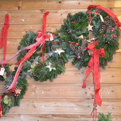 Rote Schleifen und vielfältige Deko laden zum Advent
