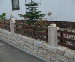 Natursteinsockel für Holzzaun