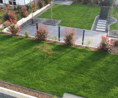 Pflegeleichter Garten mit Plattenwegen, Mulchbeeten, Rasenfläche
