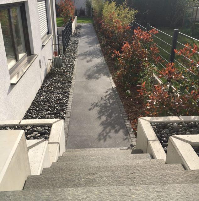 Moderner Gartenweg mit klaren Strukturen