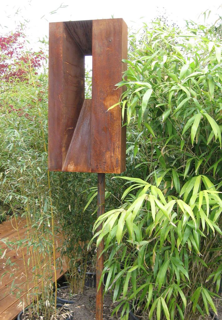 Kunstobjekt in grüner Gartenoase